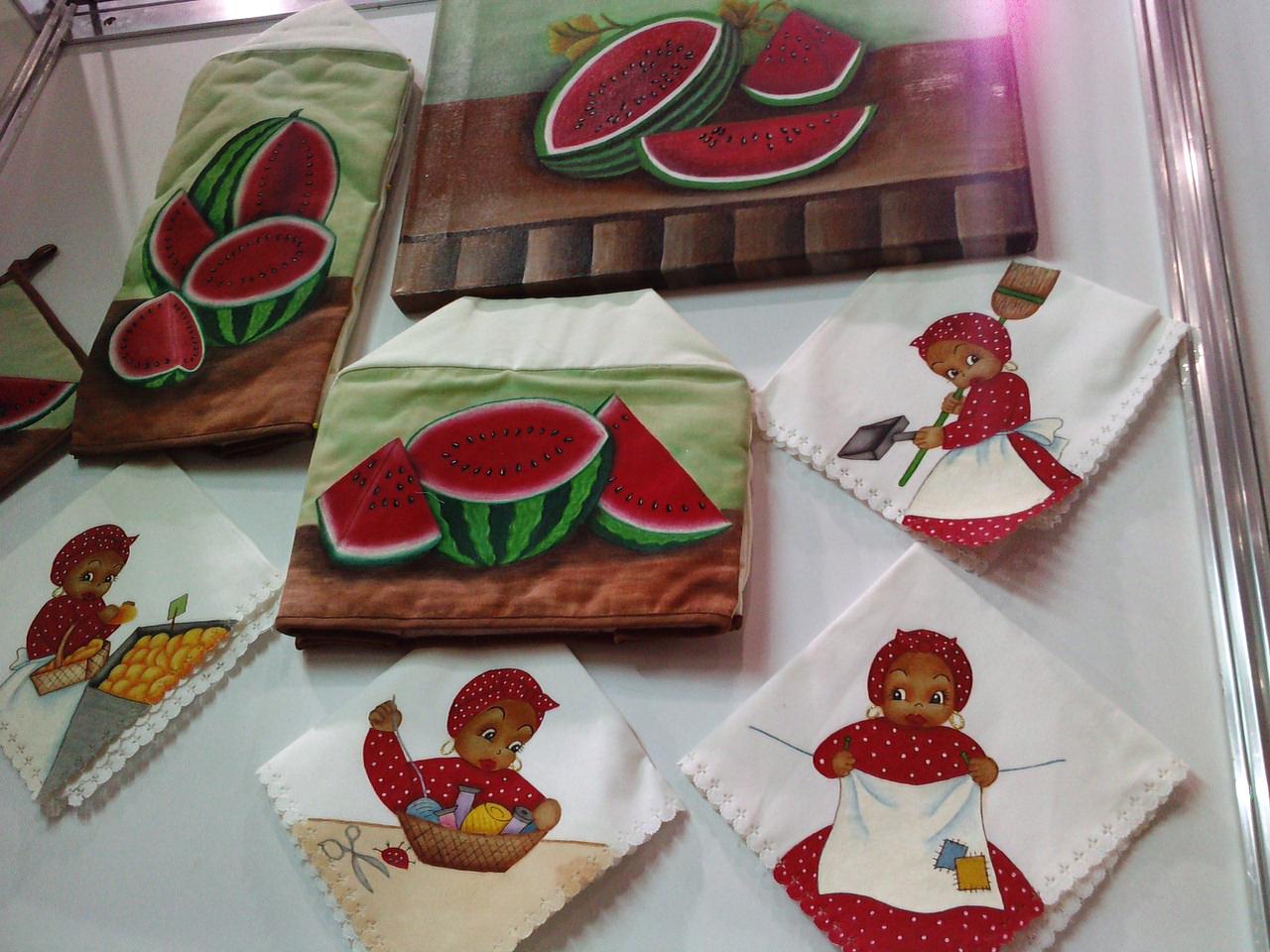 prestó Yolanda Vargas, maestra de pintura en tela de Monterrey, N.L